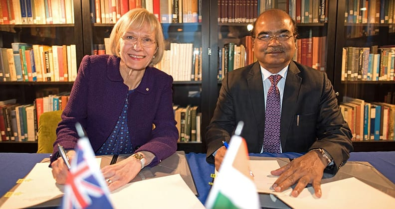 vice chancellor of Curtin University signing an agreement